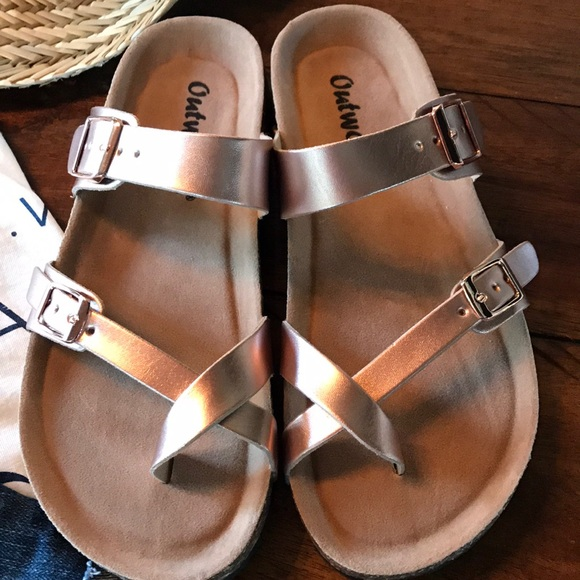 2654a6bf9468 Outwoods toe-loop slide on sandals in rose gold!